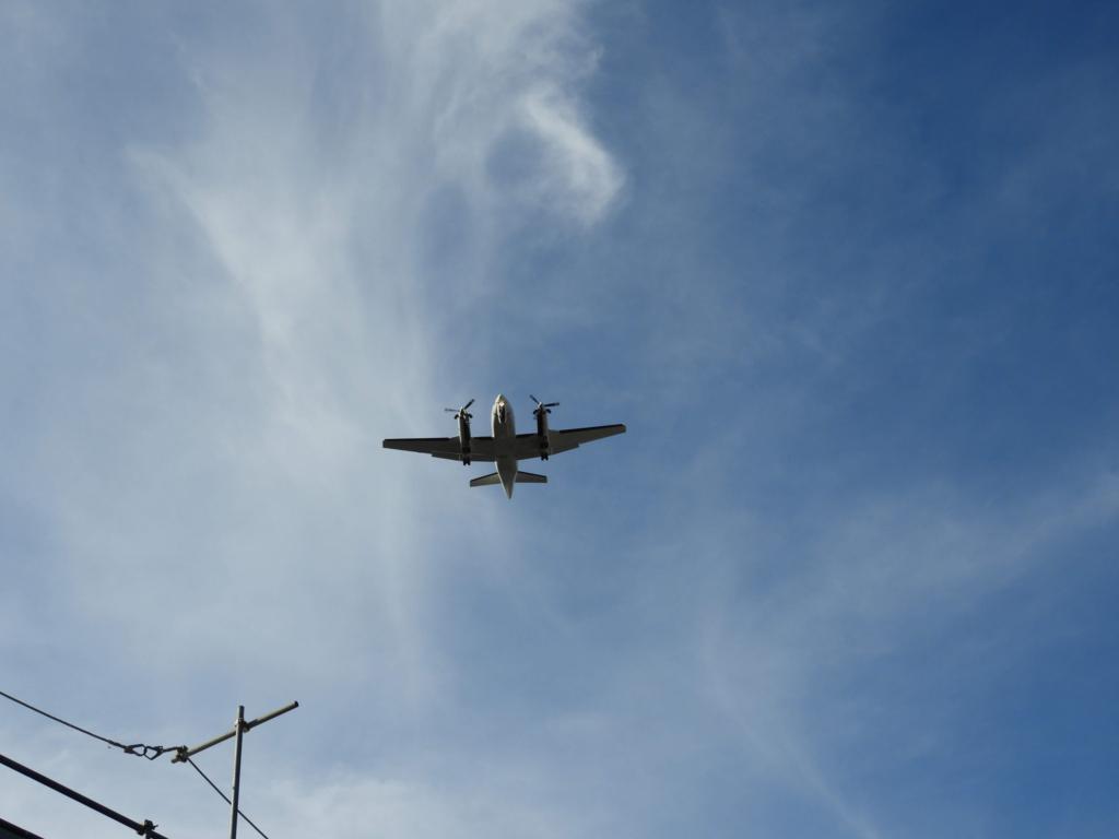 上空を通過する飛行機