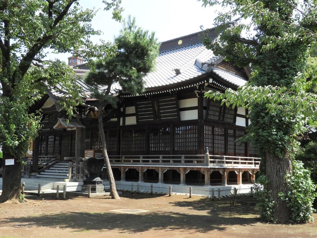斜め右から見た祐天寺の本堂