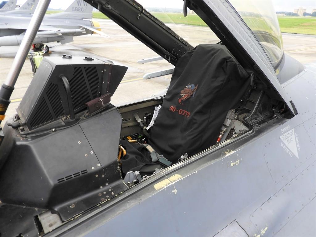 戦闘機のコックピット内部