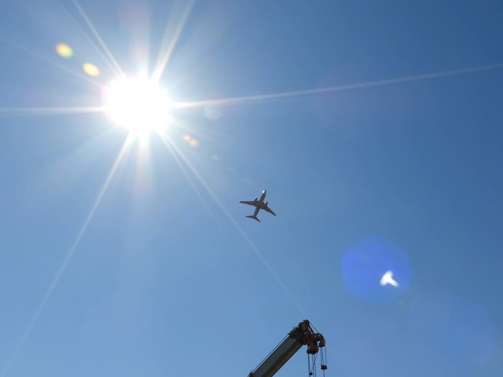 すぐ上を通過する飛行機