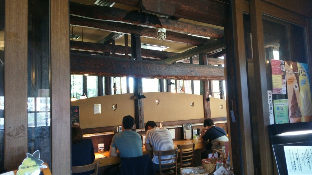 岩手県から移築したという材料、装飾がふんだんに用いられた内装