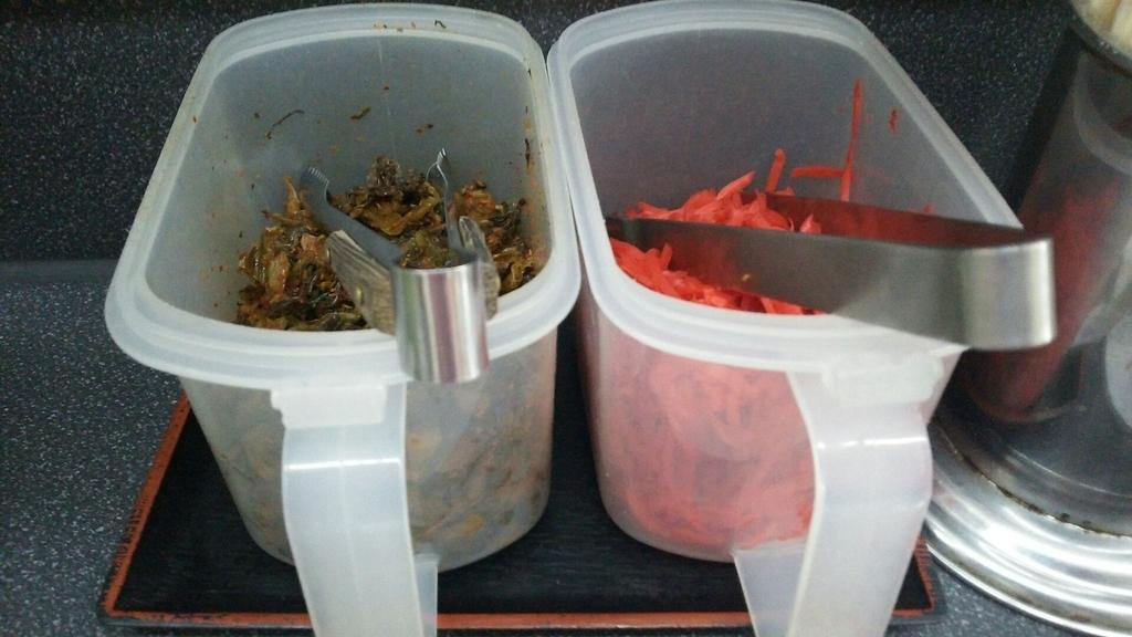 卓上に置かれた高菜と紅ショウガ