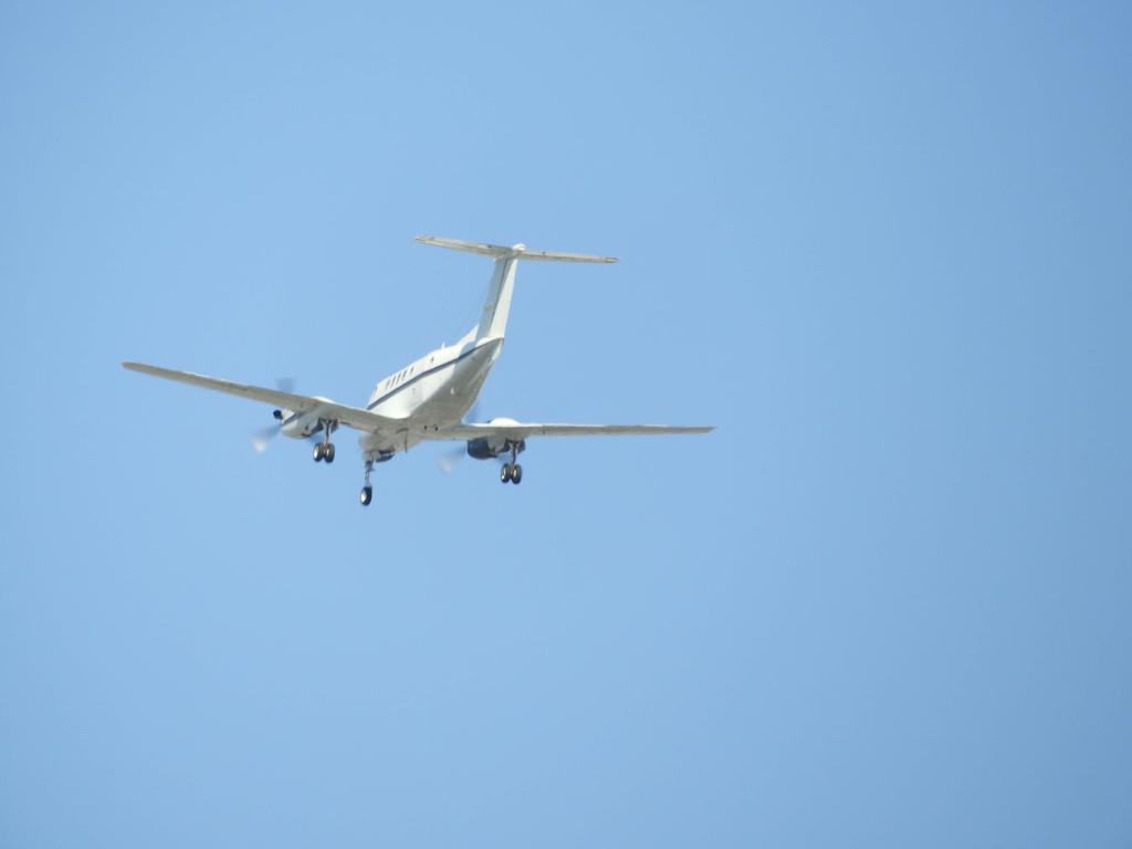 頭の上を通過する飛行機
