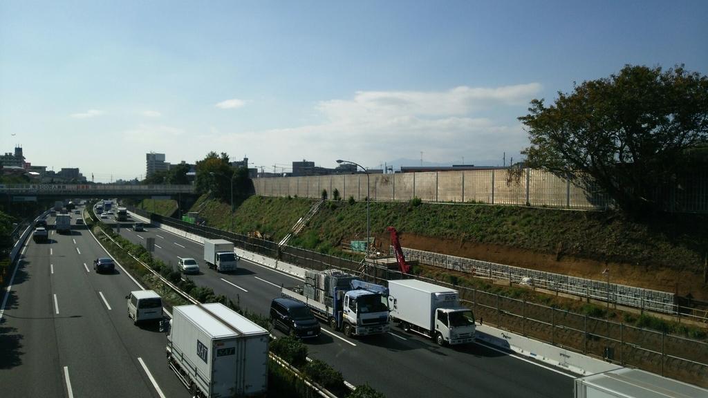 法面を削って付加車線を設置するスペースを捻出する工事