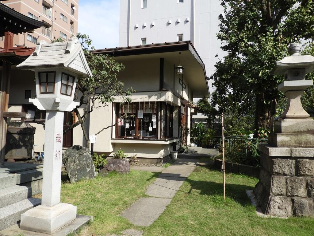 千束稲荷神社の社殿向かって右側の社務所