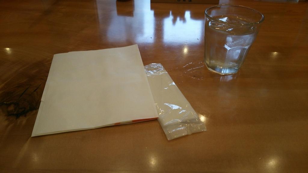 テーブルに置かれた紙エプロン