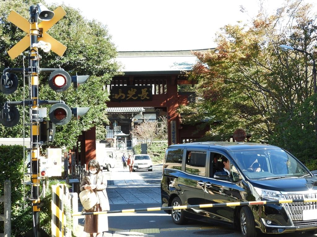 妙蓮寺駅すぐ脇の踏切