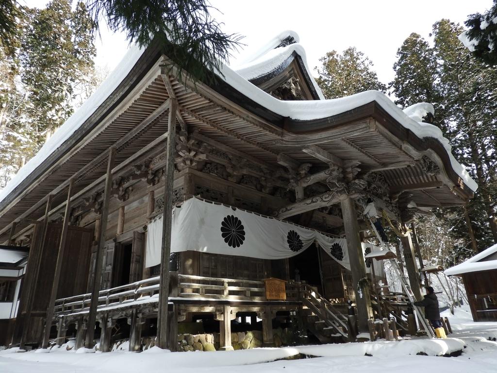 雪を被った社殿