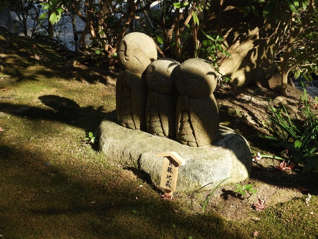 石畳参道に置かれた良縁地蔵