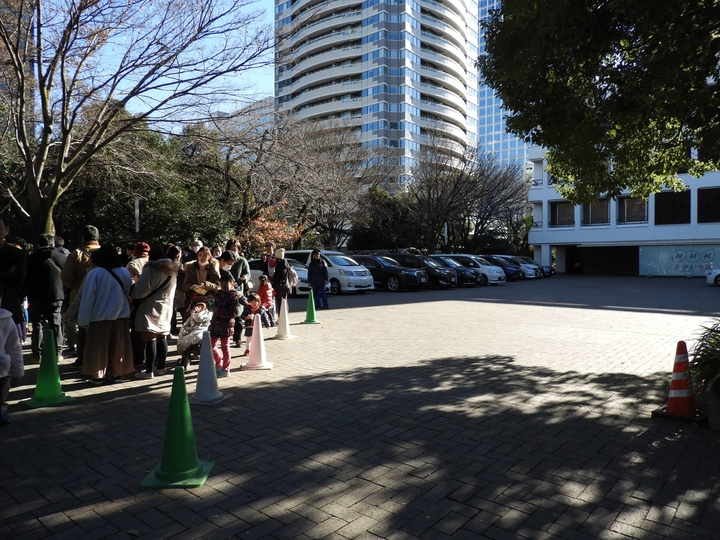 NHKの敷地まで伸びた行列