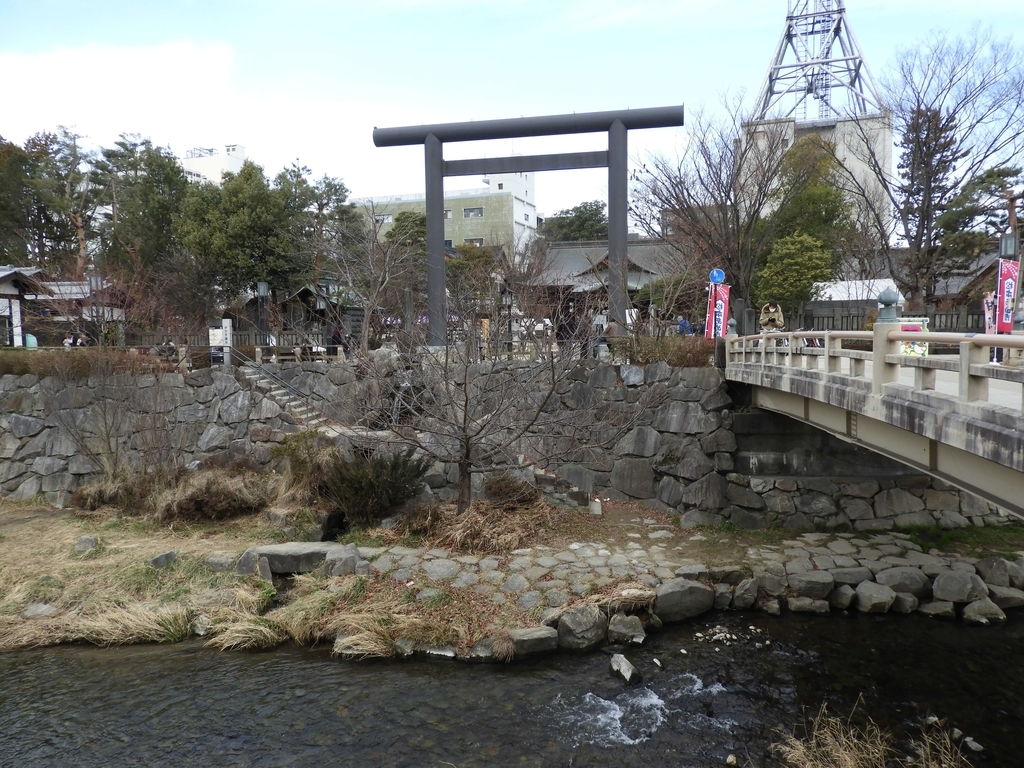 女鳥羽川沿いに建つ四柱神社
