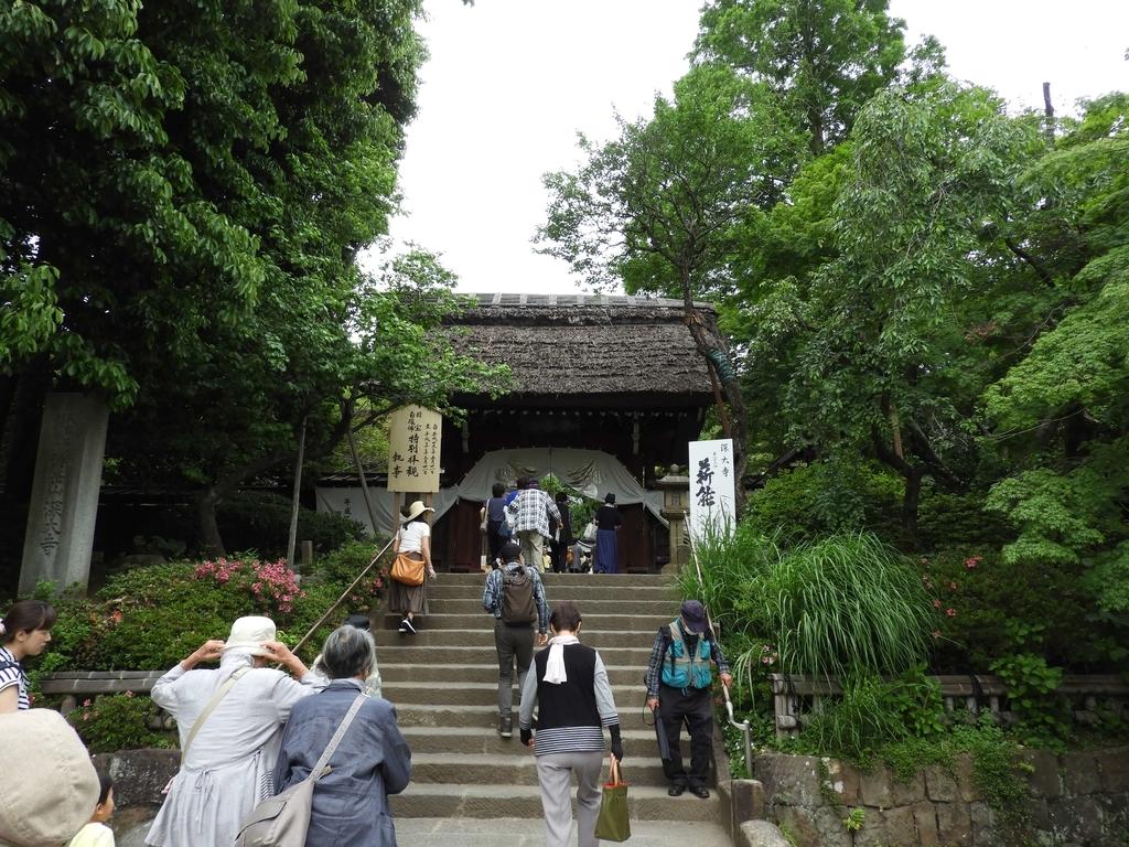 山門とお参りに来た多くの人々