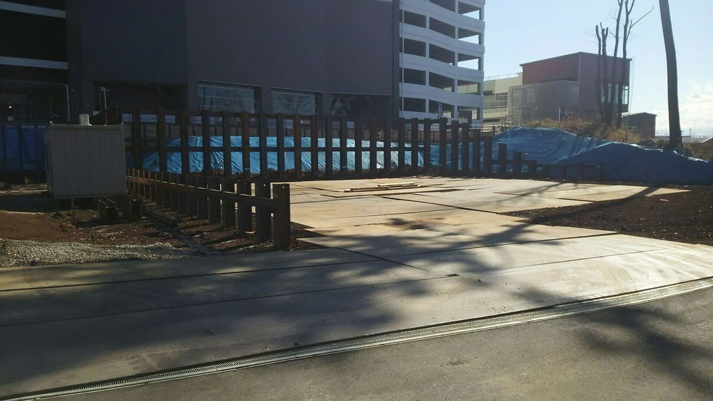 鶴間公園とショッピングモールの接続部