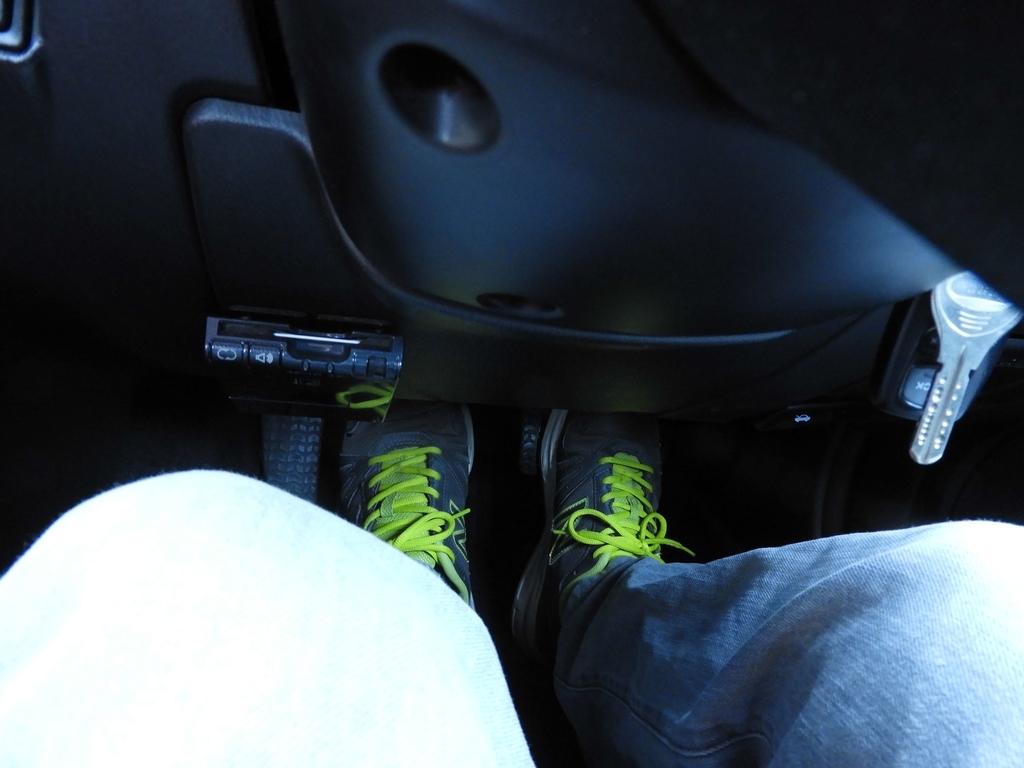 左足をクラッチペダルに乗せる