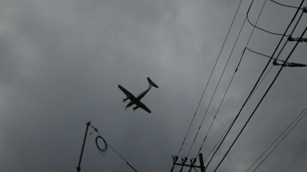頭のすぐ上を通過する飛行機