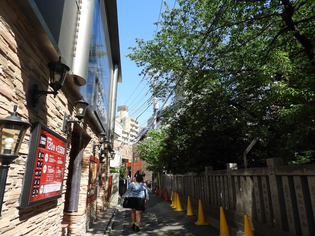 道路を挟んで右が神社、左がラブホテル
