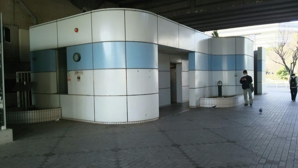 ガード下の公衆トイレ