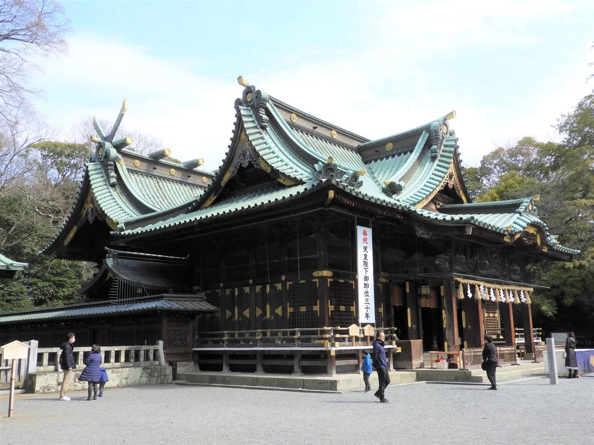 斜め前から見た三嶋大社の社殿