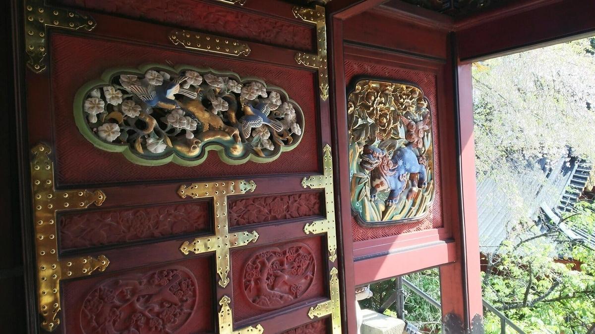 唐獅子牡丹、黒松に鳥の透彫が施された羽目板