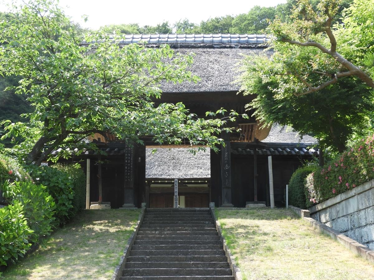 西方寺の茅葺屋根の山門