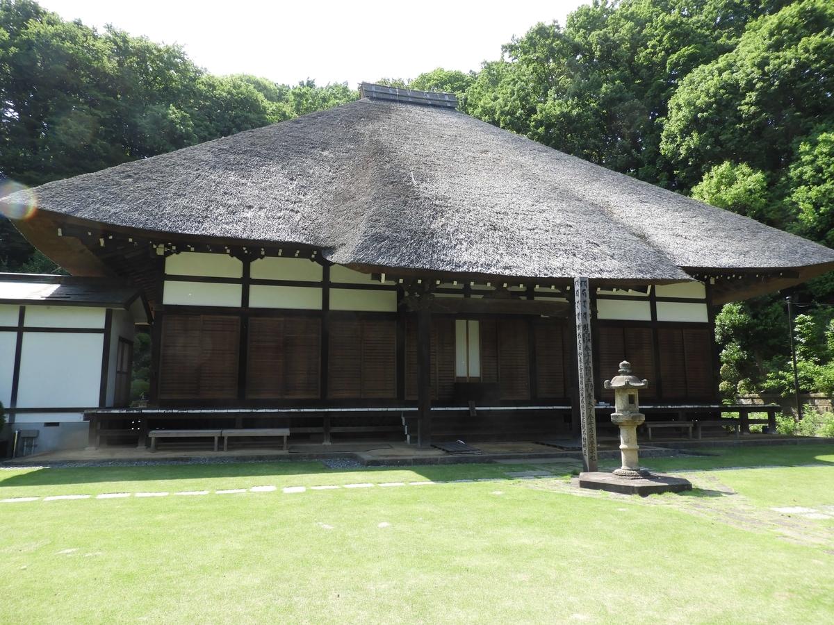 西方寺の茅葺屋根の本堂正面
