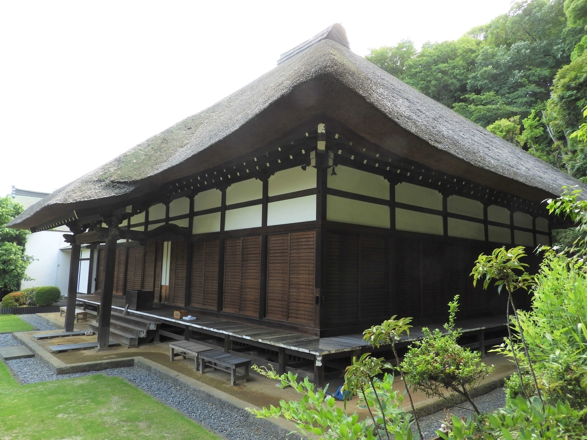 斜め方向からの西方寺の茅葺屋根の本堂