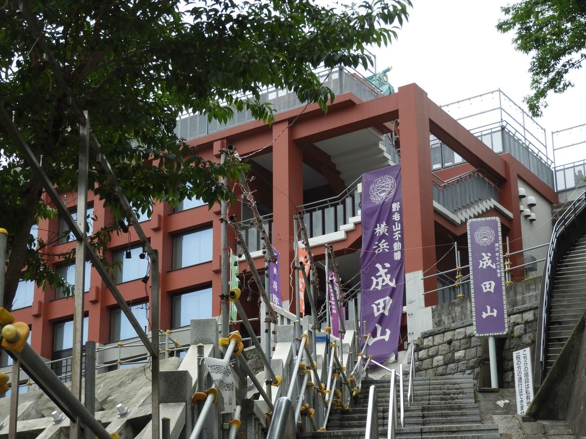 参道の急な階段