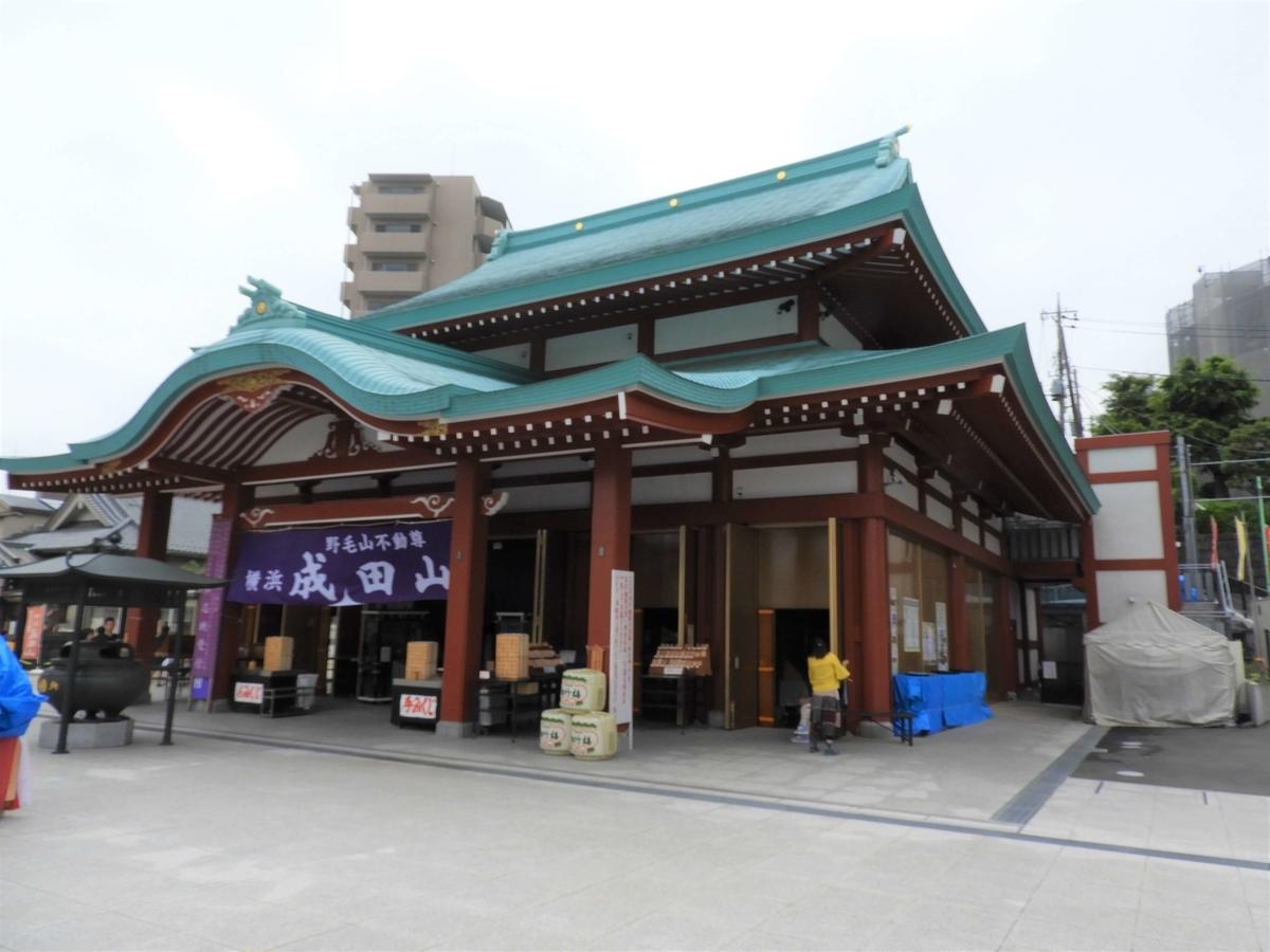 斜め右から見た成田山横浜別院の本堂