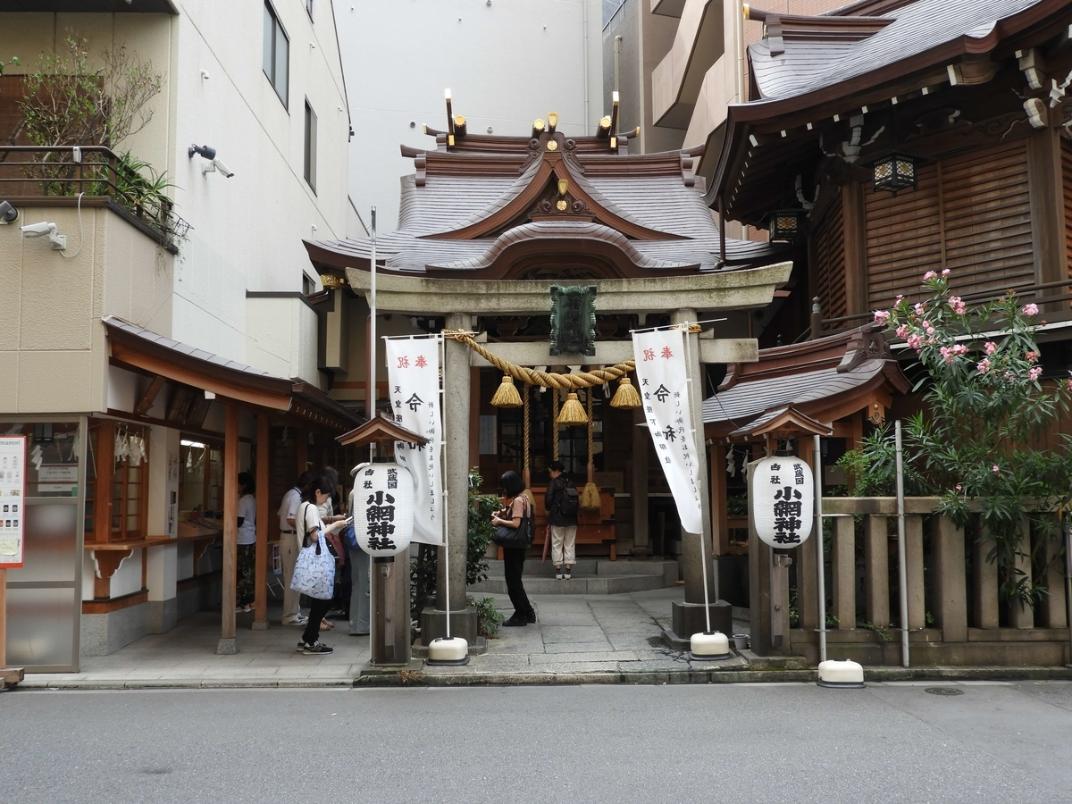 ビルの間に立てられた小網神社の社殿