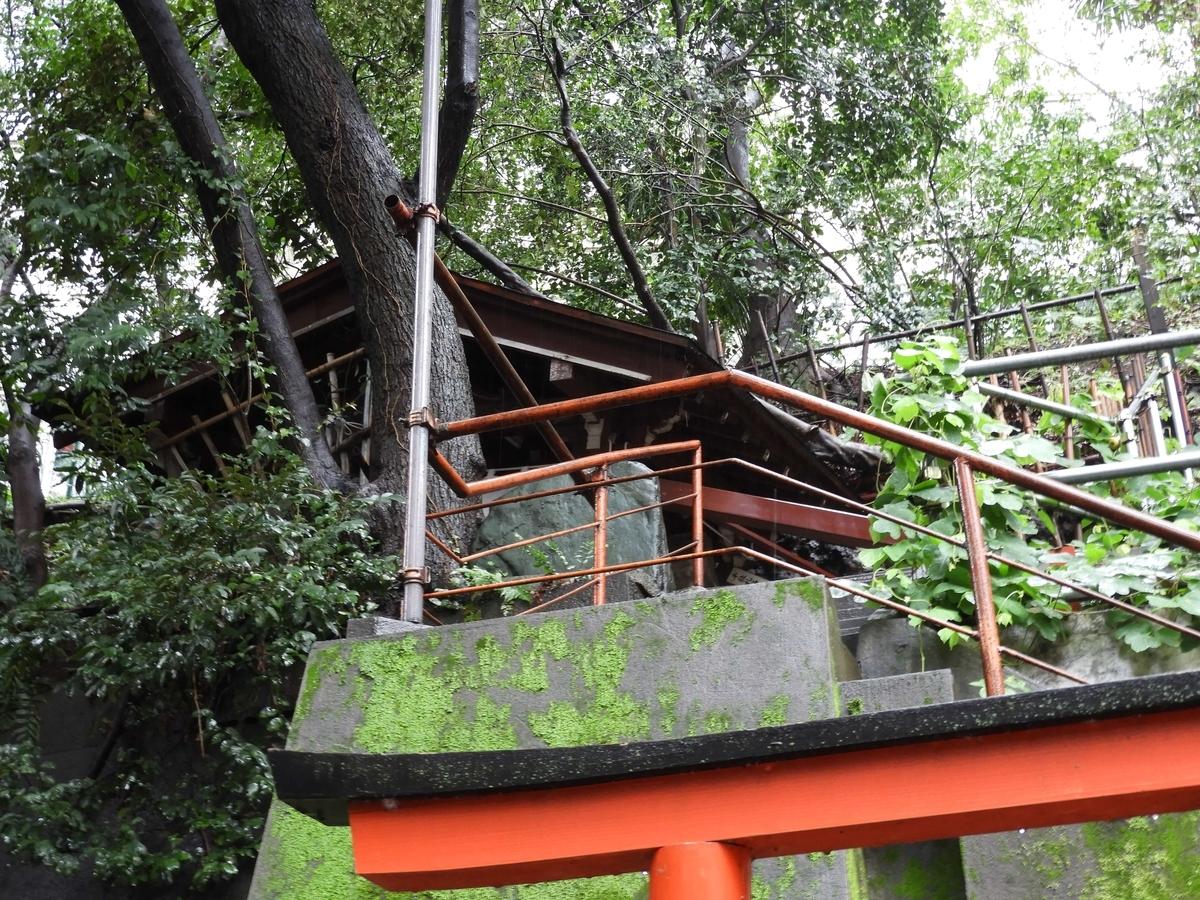 階段の上にある狐の穴跡