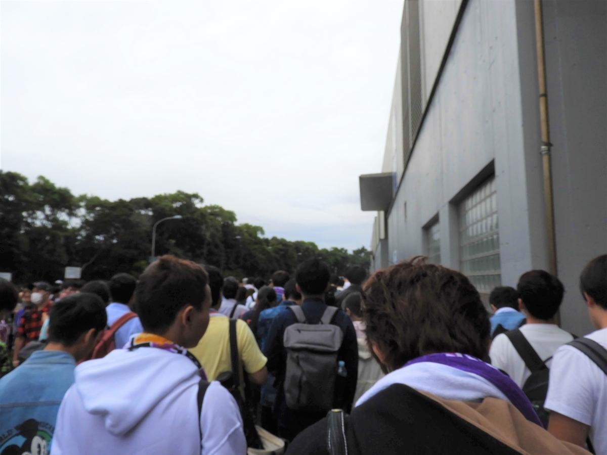 建物外の列