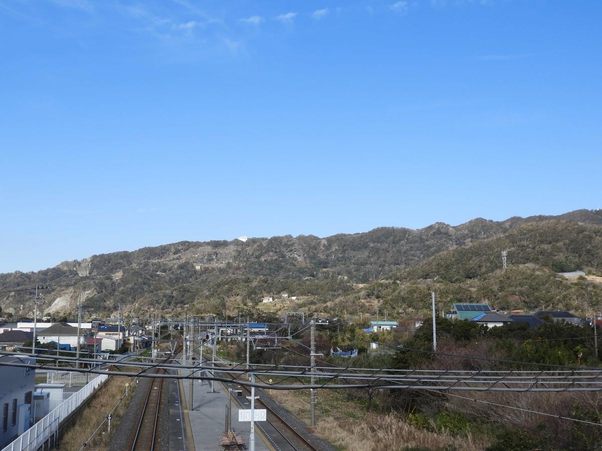 保田駅からの眺望。山の上にロープウェイの山上駅