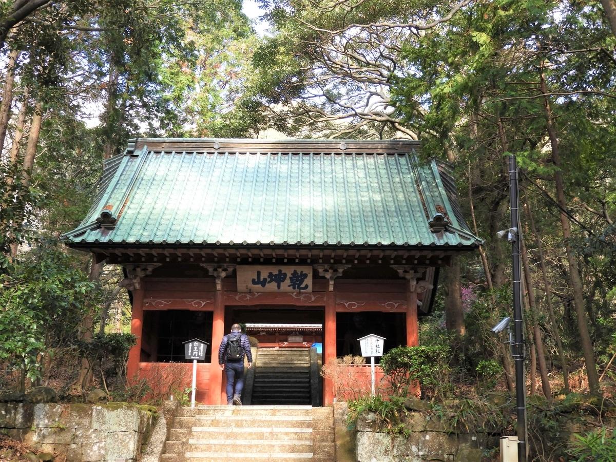 階段の上にある仁王門