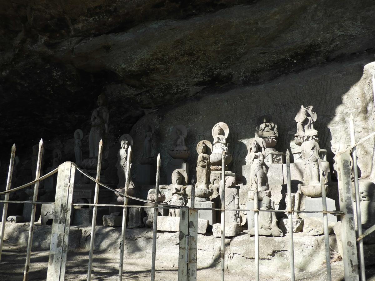 洞窟内に多くの石仏が並ぶ西国観音