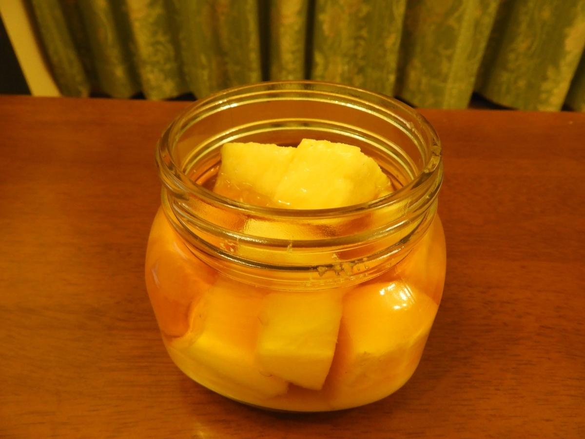 ウィスキーの表面から姿を見せたパイナップル