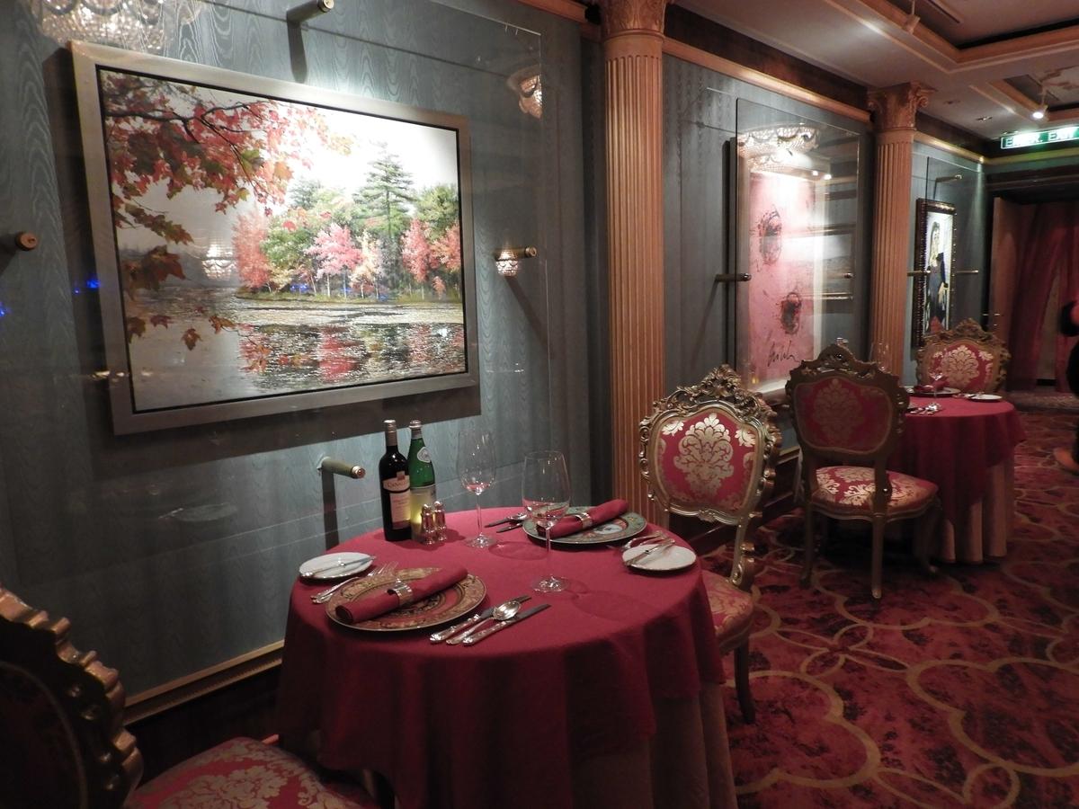 絵画を見ながら食事のできるレストラン