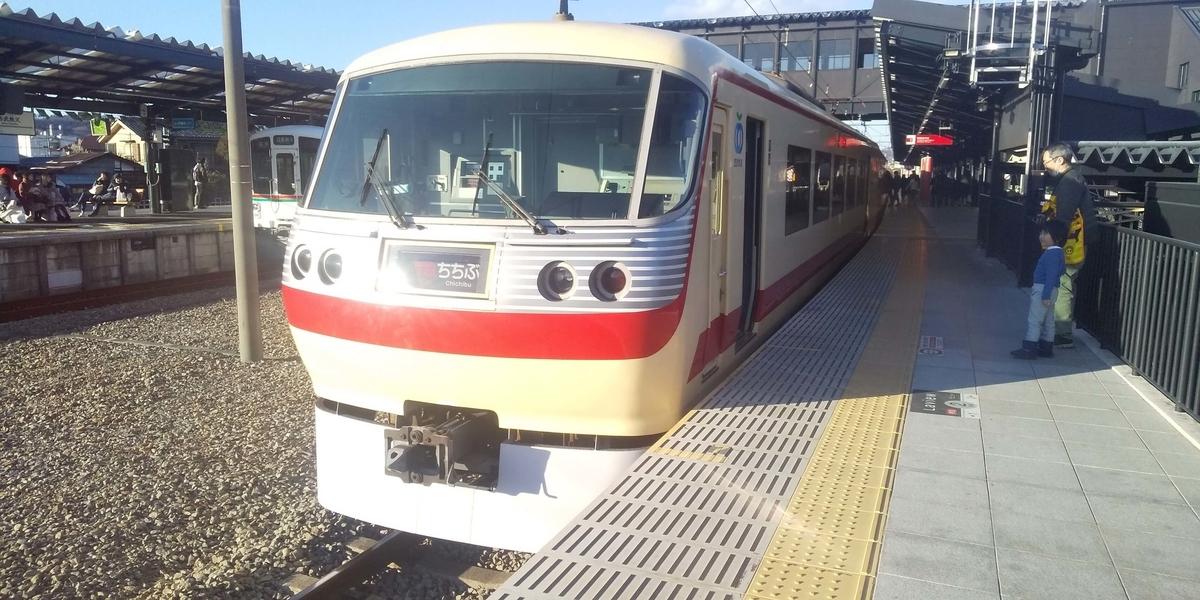 西武秩父駅に停車中の特急電車