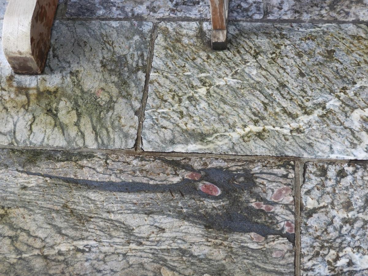 拝殿脇の敷石に浮かび上がった龍の模様