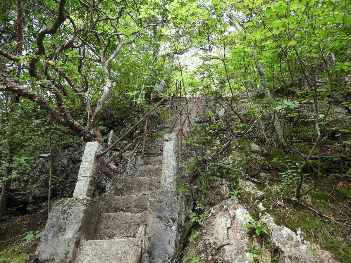 急な上り階段