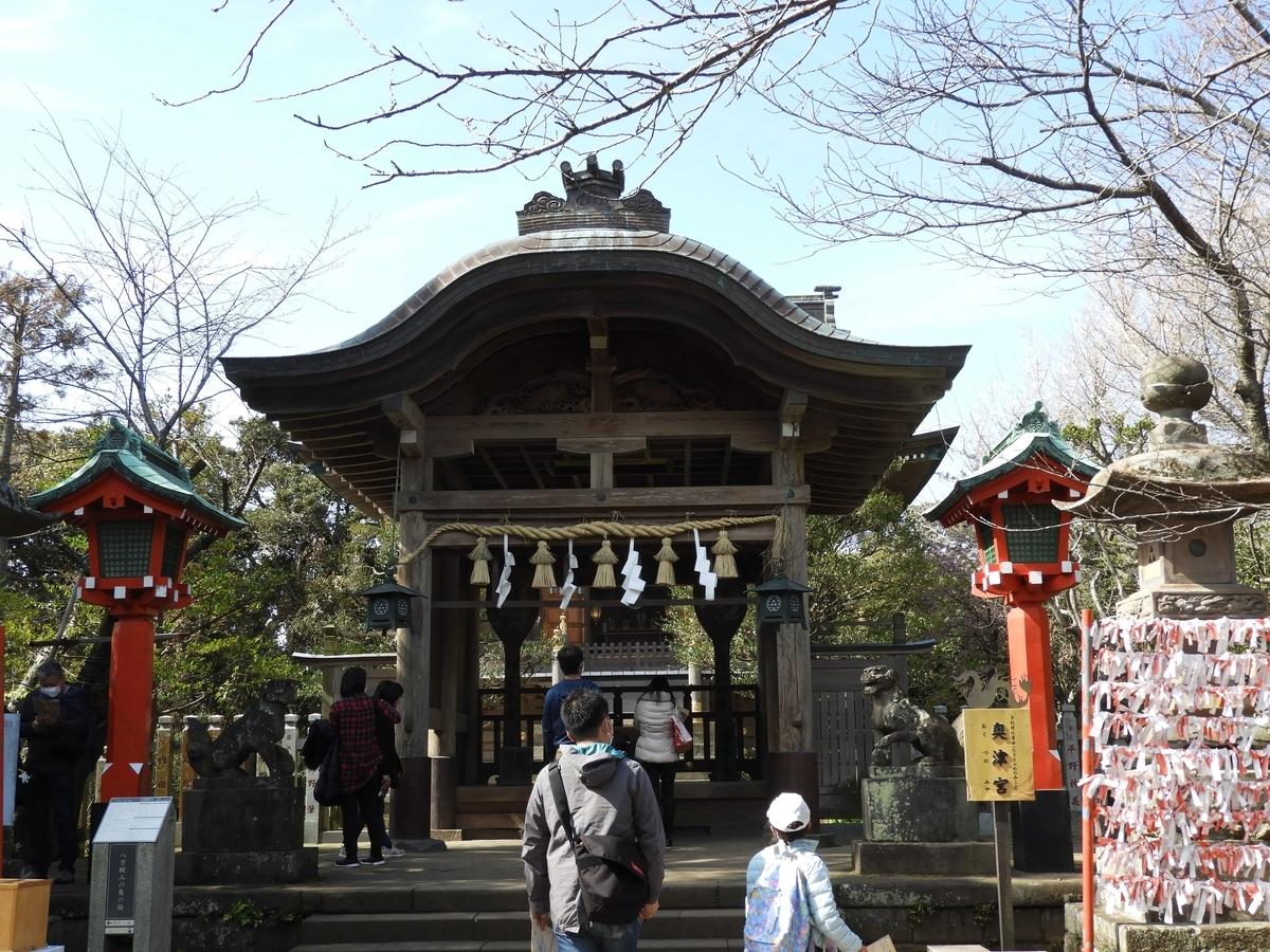 大勢の参拝客で混雑する奥津宮の拝殿