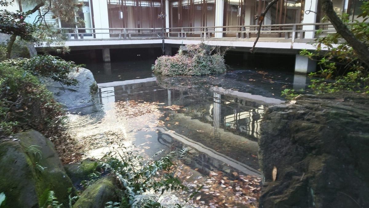 厳島神社の隣の池