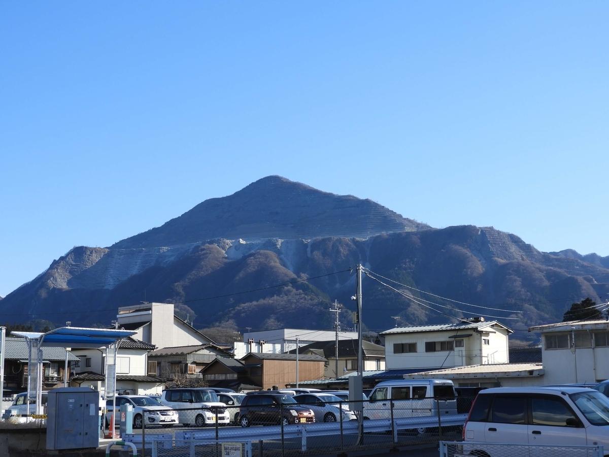 山門の前から見た武甲山