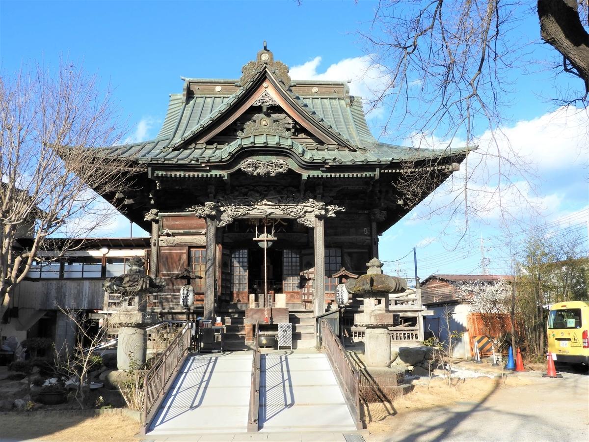 日本建築の伝統的な屋根の形をした入母屋造りの本堂