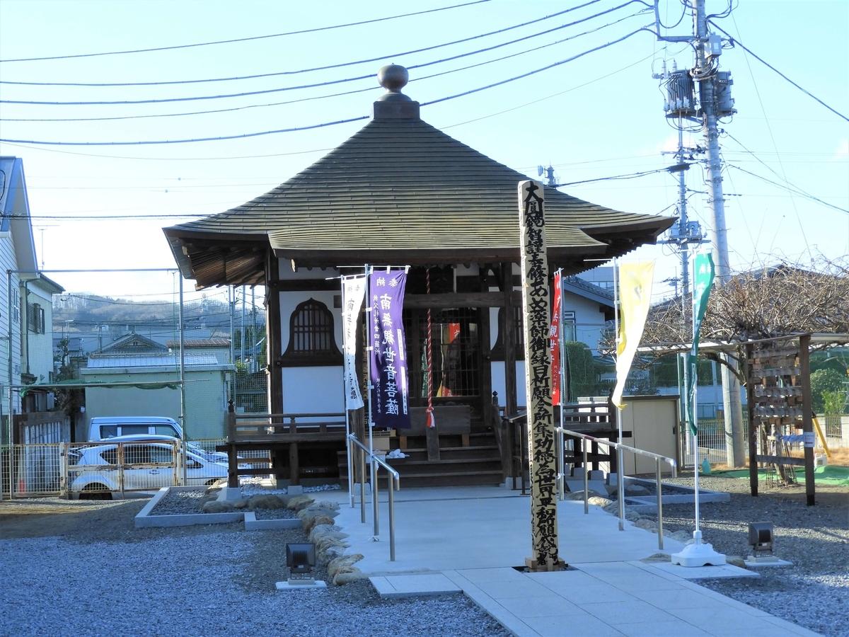薬師堂と回向柱