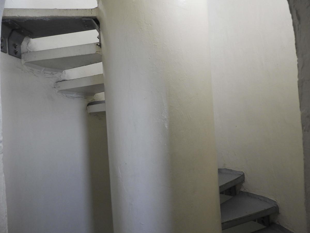狭く急な階段