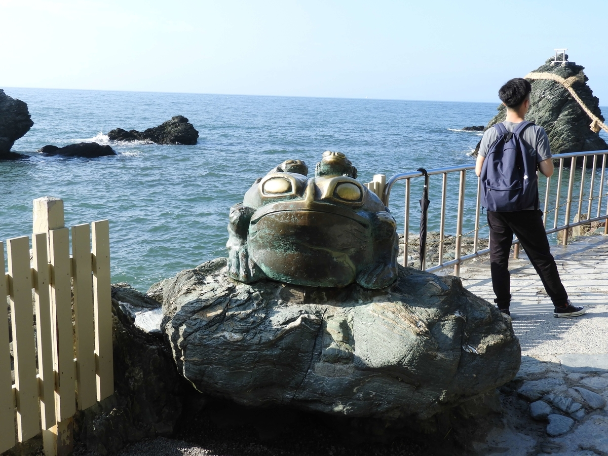 境内の蛙像