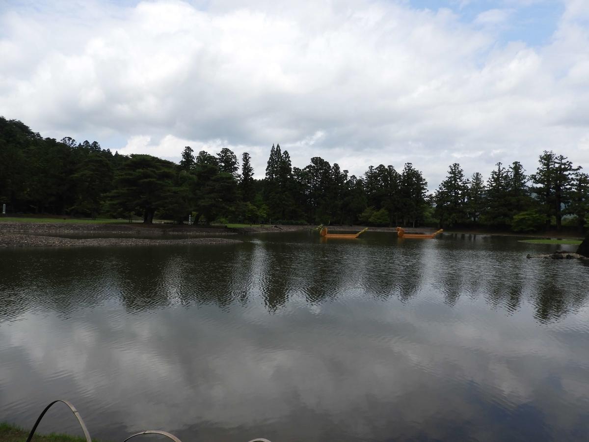 華麗な堂塔が映る池面