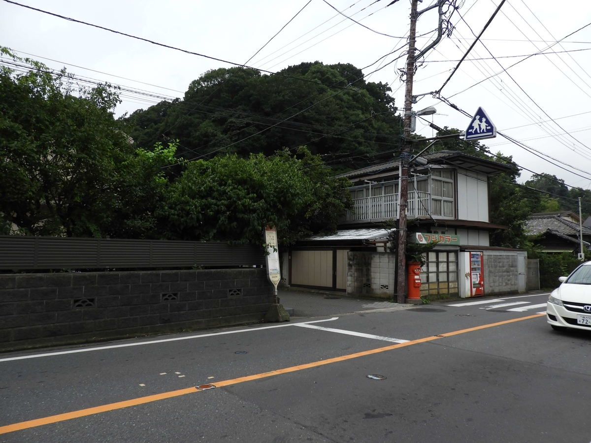 バス停の奥の角