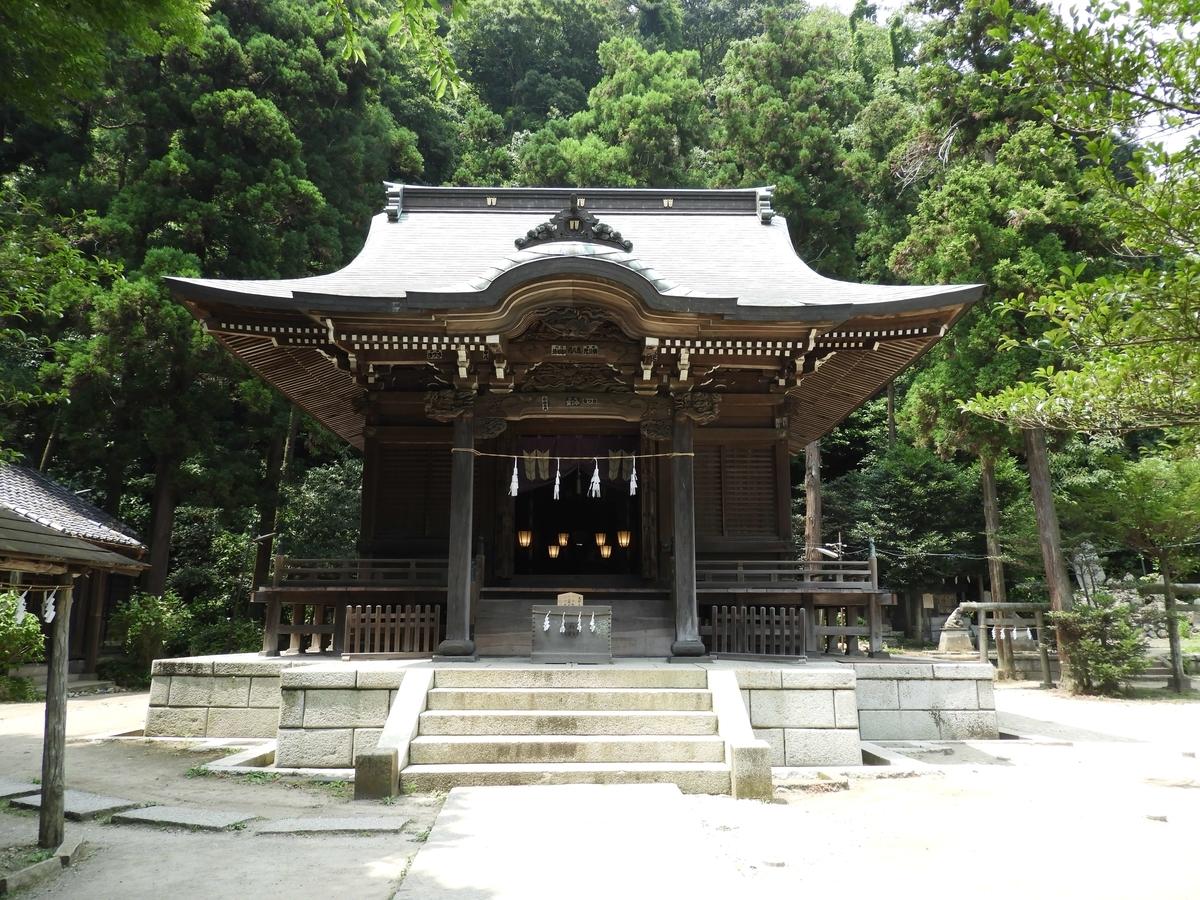 緑の中に建つ社殿