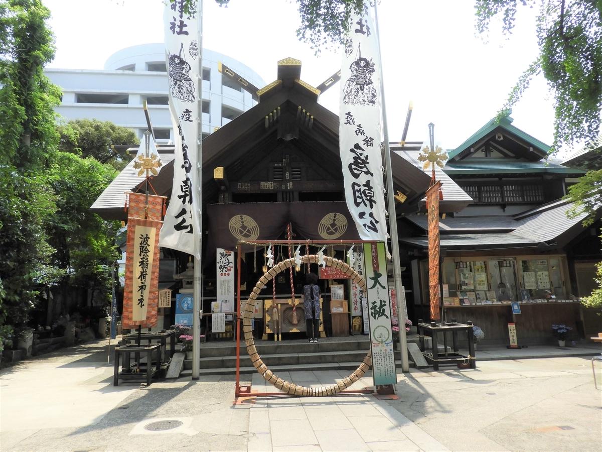 正面に夏祓いを象徴する茅の輪が設置された社殿